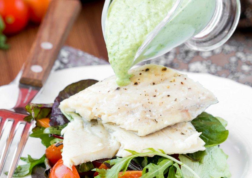 Merluza com Salada e Molho de Ervas